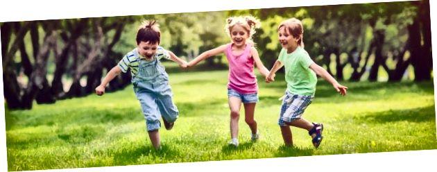 Որոշ պատահական սպիտակ երեխաներ, որոնք վազում են խոտի վրա, Google- ի պատկերներով