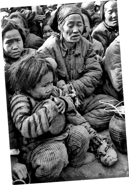 Կարմիր պահակները Տյանանմենի հրապարակ հրապարակում (1966) (ձախ), Հենան սով (աջ)