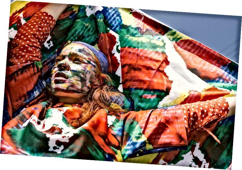 Foto von Úrsula Madariaga aus Pexels https://www.pexels.com/photo/woman-with-face-paint-raising-her-hands-holding-textile-682025/