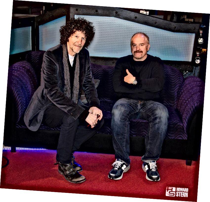 Foto mit freundlicher Genehmigung von HowardStern.com. Howard Stern und Louie CK posieren für ein Bild in der Howard Stern Show im Jahr 2016.