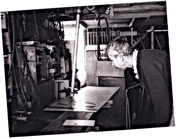 Ուիթնին նկատում է իր նկարչական սարքը