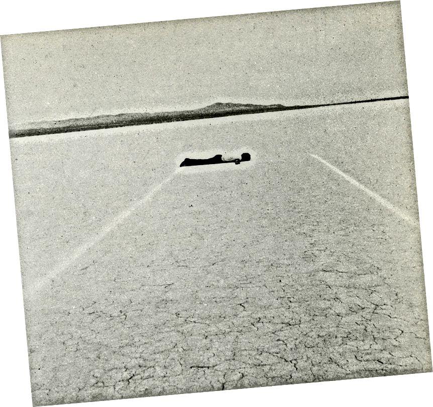 "Vlevo: Jeden z jednoho z ""devíti nevadských depresí Michaela Heizera"", Massacre Dry Lake, Nevada (01968). Vpravo: Walter de Maria: ""Mile Long Drawing"", Mojave Desert (01968). Zdroj: DEcay."