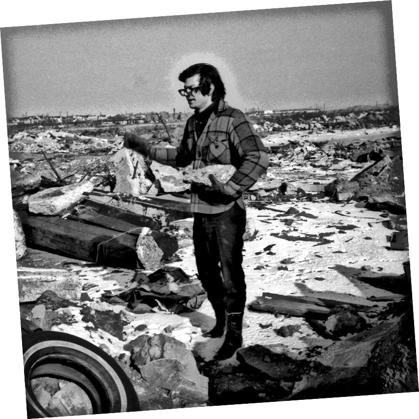 """Smithson drží beton v místě """"Line of Wreckage"""" v Bayonne v roce 01968. (Foto: Nancy Holt) Zdroj: Observer."""