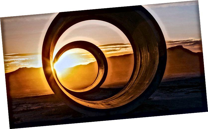 """""""Sun Tunnel"""" Nancy Holtové. Zdroj: Střední"""