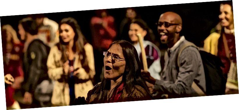 """Společnost Cornerstone Theatre představuje """"Urban Rez""""   Fotografie: Kevin Michael Campbell"""