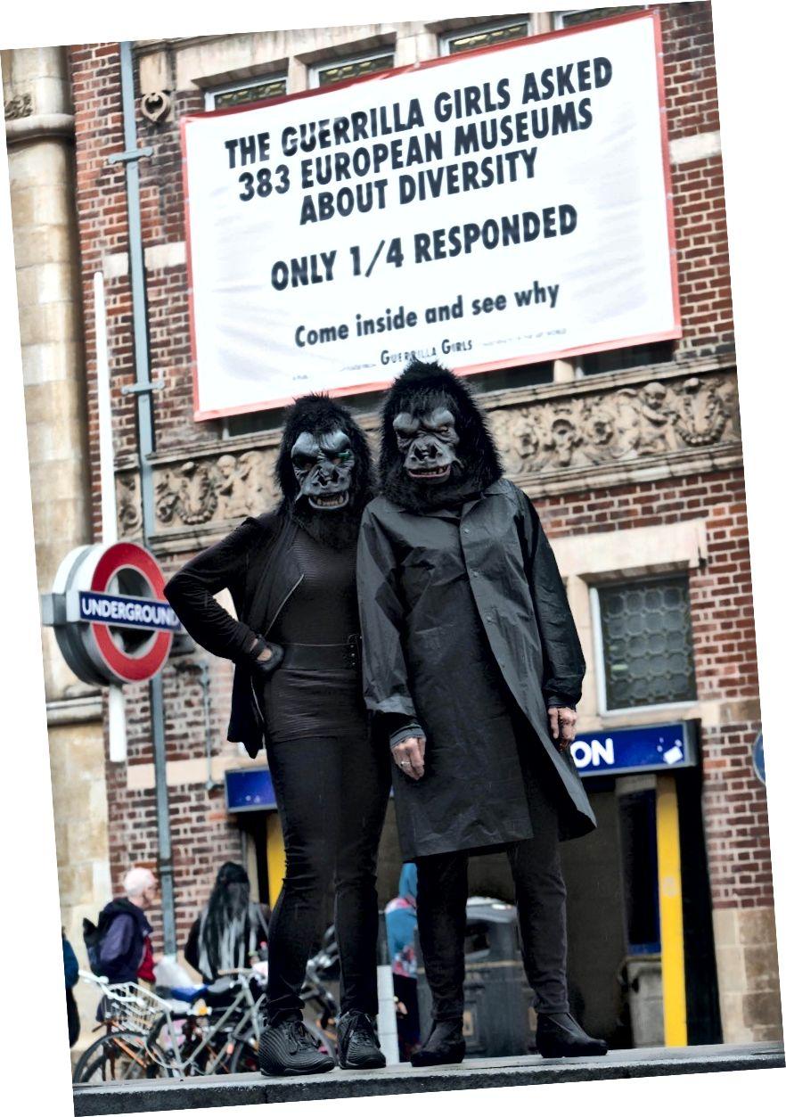Guerrilla Girls framför Whitechapel Gallery. Foto: David Parry / PA Wire, med tillstånd av Whitechapel Gallery.