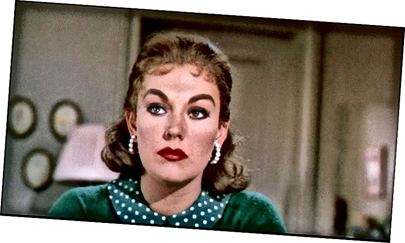 """Kim Novak nach ihrer Verwandlung in die geniale Judy Barton in """"Vertigo"""" (1958). Beachten Sie ihr unschuldigeres Aussehen, das für Judy charakteristisch ist, weil sie ihre eigene Unschuld an den Mordanschlag glauben wollte."""