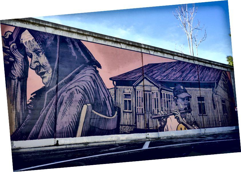 Роспись по шоссе знаменитого монументалиста Сайнера отдает дань уважения Маленькой Италии поблизости. По заказу Empire 7 Studios
