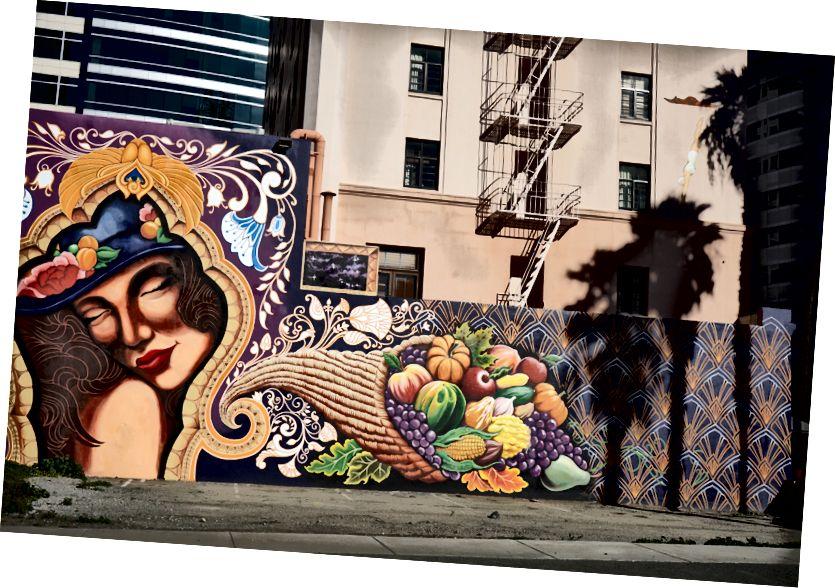 Сложная фреска под названием «Жизнь в изобилии перед лицом неизбежной смерти» местного художника-татуировщика Джима Майнера. По заказу выставочного района