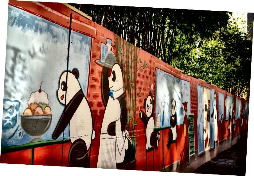 Люди просто обожают фреску «Панда Кафе и Пекарня» Фуонг-Май Буй-Куанг. Обслуживающий персонал часто находит губные помады на щеках панд. По заказу Сан-Хосе Downtown Ассоциации