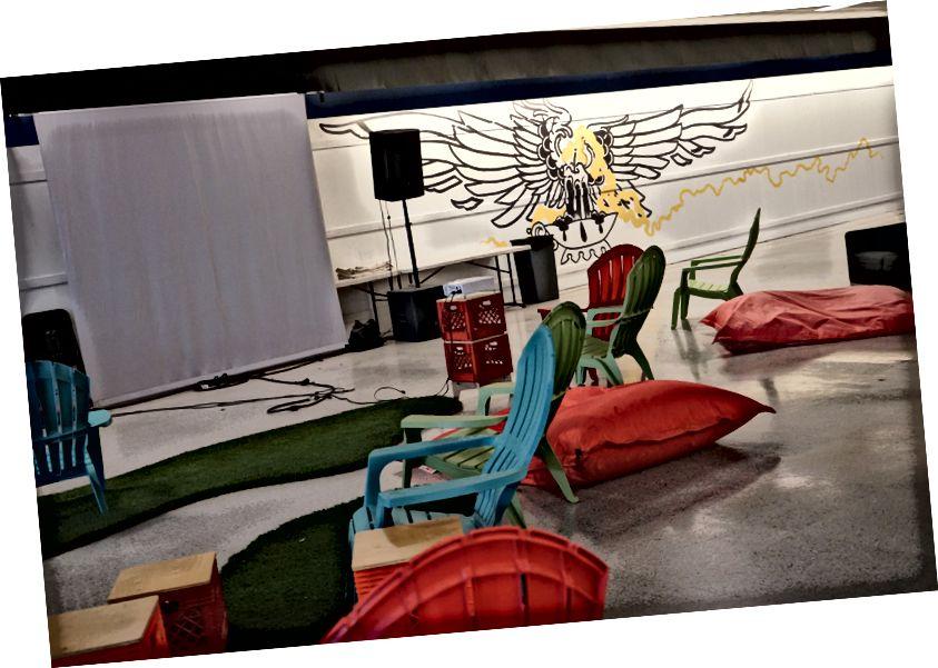 Проектор, временные сидения и колонки для мероприятий в Local Color.
