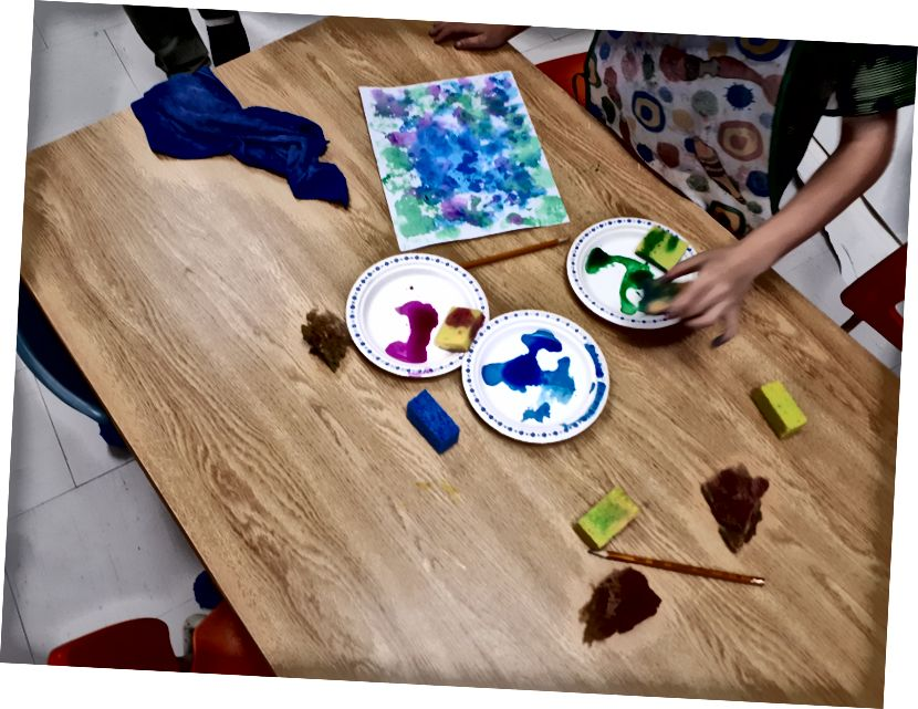 Kinder bei der Arbeit - mit Schwämmen und Aquarell als Hintergrund.