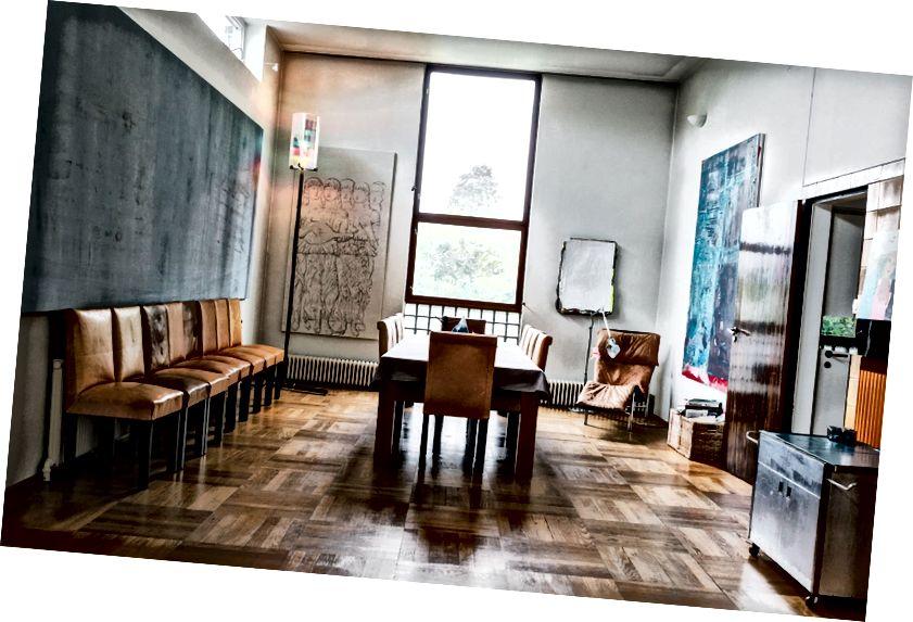 Jídelna zahrnuje stůl na míru navržený architekty Villa Dammanna, stejně jako umělecká díla Fredrika Værslela, Olafura Eliassona, Sergeje Jensena, Klary Lidén a Alexe Hubbarda. Fotografie: Thomas Ekström