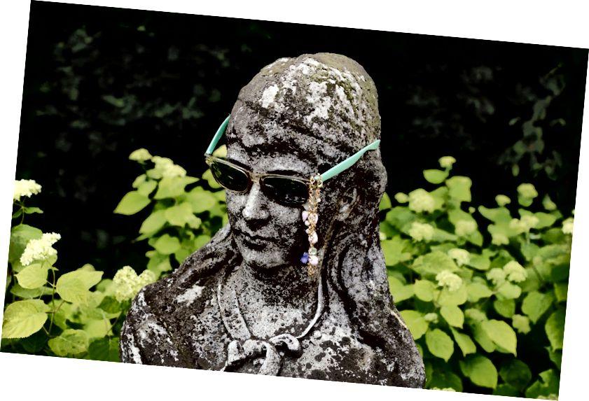 Ve směru hodinových ručiček: kapota Kagge's Rolls Royce je korunována sochou Franze Weste; 'Pan. Maccaroneova socha, Mark Handforth, 2008; rodinný portrét třináctileté dcery Kagge Ingrid; busta přinesená původním majitelem domu. Fotografie: Thomas Ekström