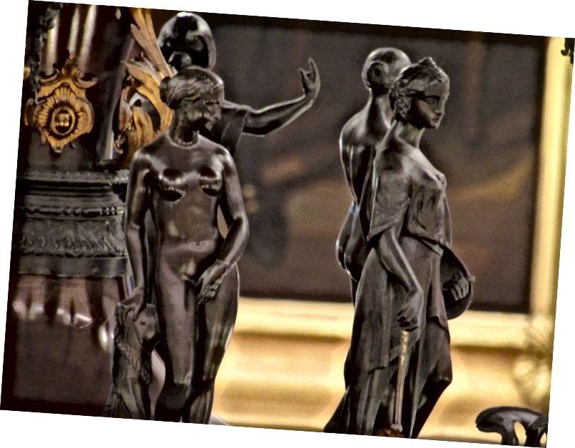 """Čtyři repliky """"řeckého otroka"""" stojí vedle čtyř """"alegorie"""" - obezřetnosti, výmluvnosti, obchodu a vědy - v lustru sněmovny. Vermont"""
