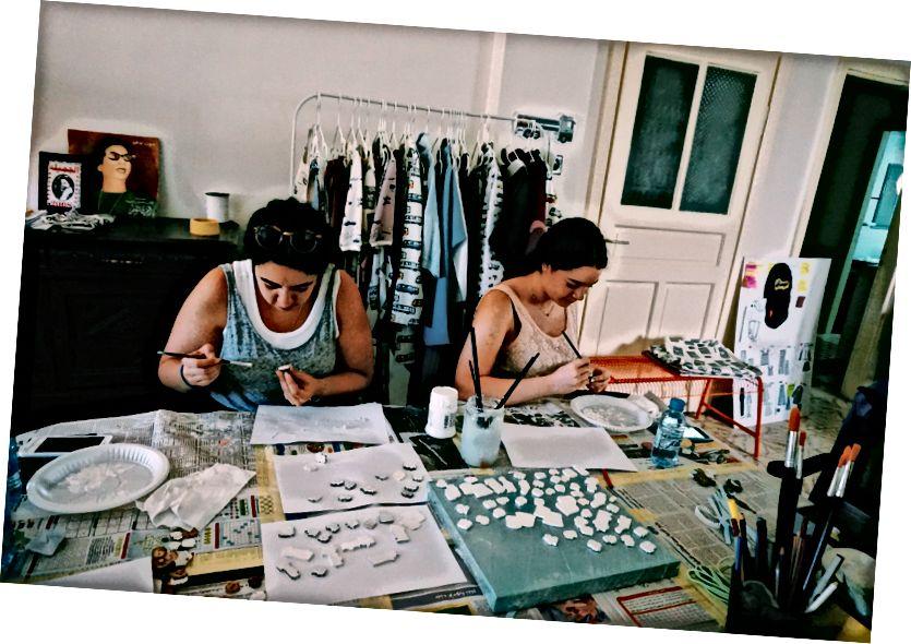 Dámy vyrábajúce gombíky v štúdiu Tania | L'weibdeh, Amman