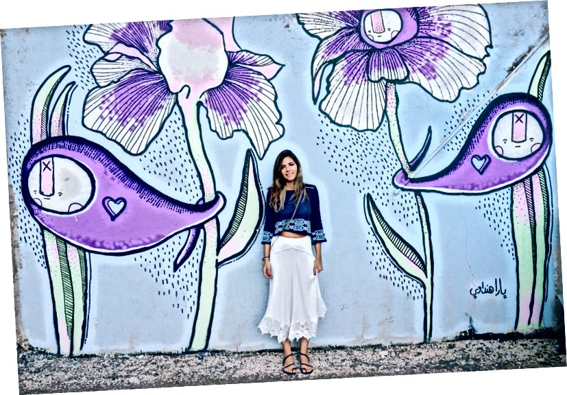 Ja stojím pri nástennej maľbe Yary Hindawiovej L'weibdeh, Amman