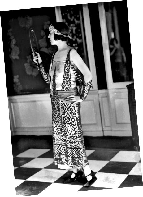 סנפירה בשנת 1923 לבושה בשמלה בהשראת מצרים של המעצב הצרפתי פול פוירט.