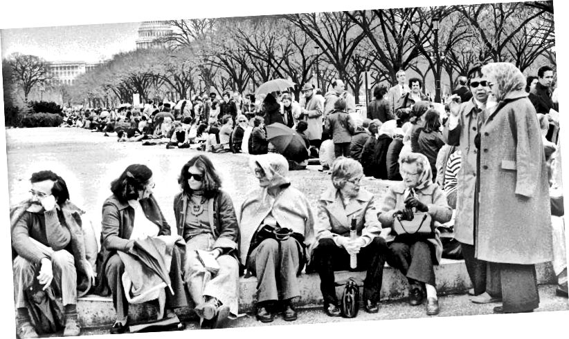 "Ein Foto der Washington Post von Menschenmengen, die 1977 in der National Mall in Washington, DC, auf ""Treasures of Tutankhamun"" in der National Gallery warten."