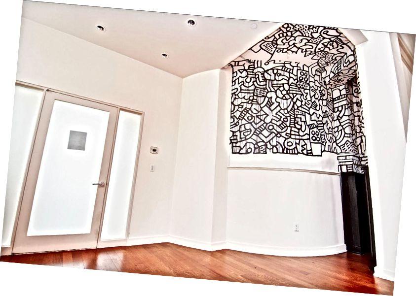 Оригинално състояние на стенописа, около 2008 г. (вляво) спрямо текущото състояние, 2018 г. (вдясно) - art-nerd.com // streeteasy.com
