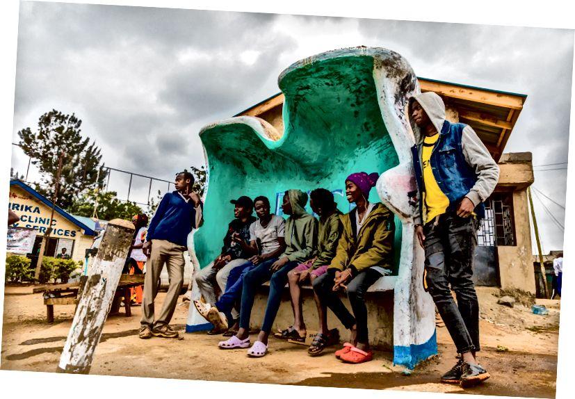 Üst: Kiberadan olan rəssam Faith Atieno, sprey boyaları. Bu dəzgah, Kibera, Kianda şəhərindəki bir avtobus dayanacağının yaxınlığında bir bazarın ortasında yerləşir. Aşağıda: Sənətçilər Faith Atieno, Chesta Chire, Fredrick Nyayo, Jafet Nyamosi, İbrahim Oduor, Josphat Ndeti, Joakim Kwaru, Kevo Stero, Şahzadə Alpha, Francis Okoth. Şəkillər: Bryan Jaybee