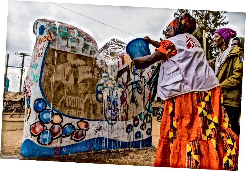 Siama Musine, MSF sağlamlıq təşəbbüsü, yerli sənətçilərlə birlikdə boyalar. Siama Kiberada MSF ilə 15 il işləmişdir. MSF loqotipi