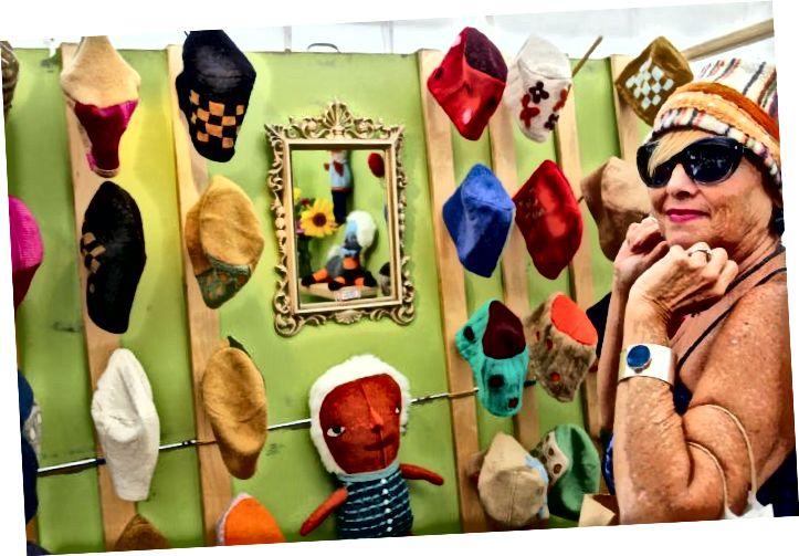 Արվեստի տոնավաճառի մասնակիցը փորձում է Էմիի գլխարկներից մեկը: © STLToday