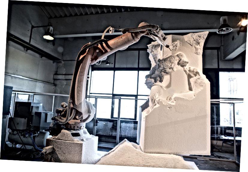 Ein Roboter formt eine Nachbildung des antiken griechischen Werkes Laokoon und seine Söhne, das letztes Jahr in Linz ausgestellt wurde. Ars Electronica / Flickr, CC BY-NC-ND