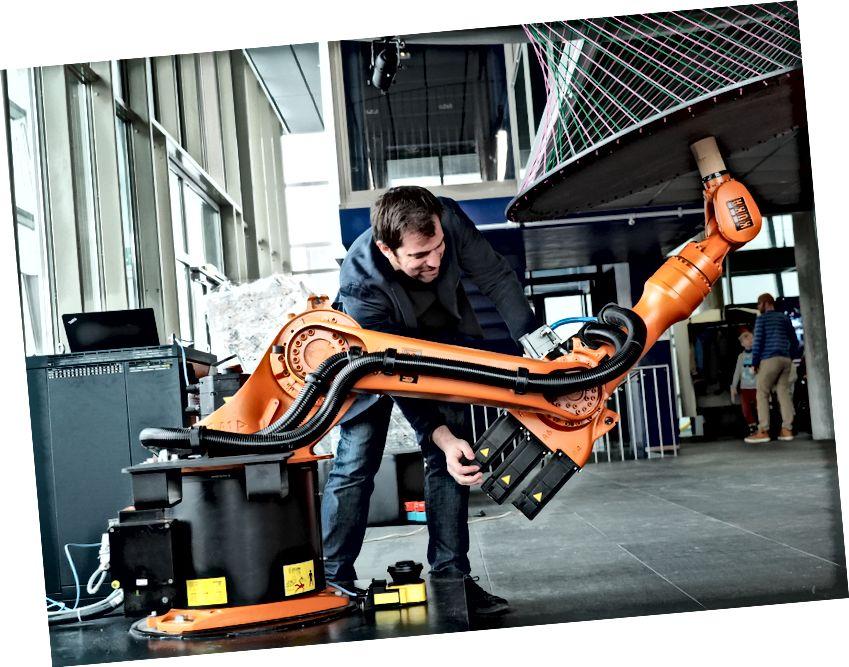 Ein industrieller Roboterarm für die Skulptur. Ars Electronica, CC BY-NC-ND