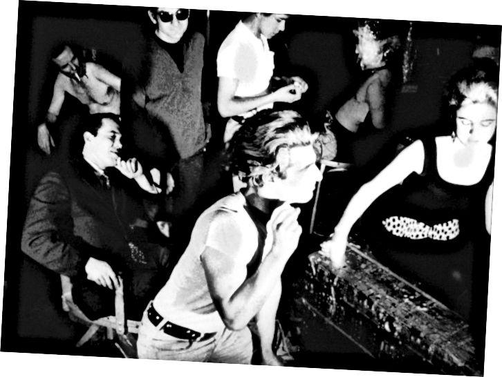 ভিনিল, 1965. জেরার্ড মেলঙ্গা সবার সামনে। ওয়ারিহুলের আত্মপ্রকাশ এডি সেডগুইক ডানদিকে রয়েছেন।