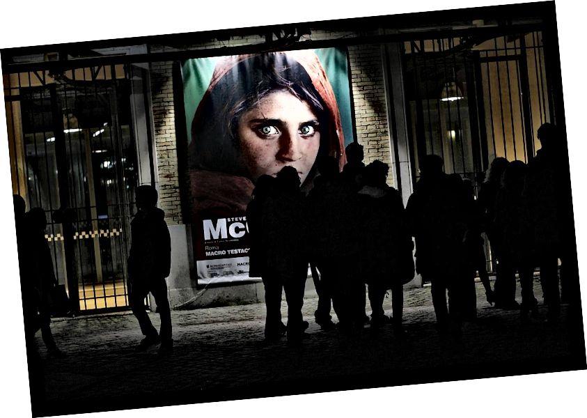 """Obrázek výstavního plakátu Steve McCurryho s jeho slavnou """"afghánskou dívkou"""" od autora zac mc z Wikimedia Commons."""