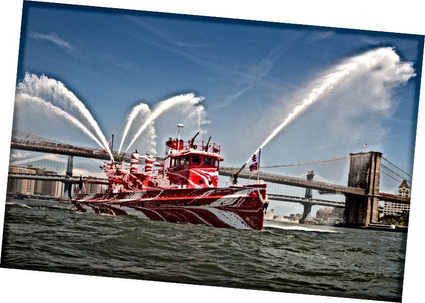 Tauba Auerbach, Flow Separation, 2018. Հանձնարարական է հանրային արվեստի ֆոնդի և 14–18 – ը ներկայումս և ներկայացվել է Fireboat John J. Harvey- ում Նյու Յորքի նավահանգստում ՝ 2018 թվականի հուլիսի 1 – ից –ի մայիսի 12 – ը: Courtesy Paula Cooper պատկերասրահ: Պատկերը ՝ Նիկոլաս Նայթի կողմից, քաղաքավարություն հասարակական արվեստի ֆոնդի կողմից, NY