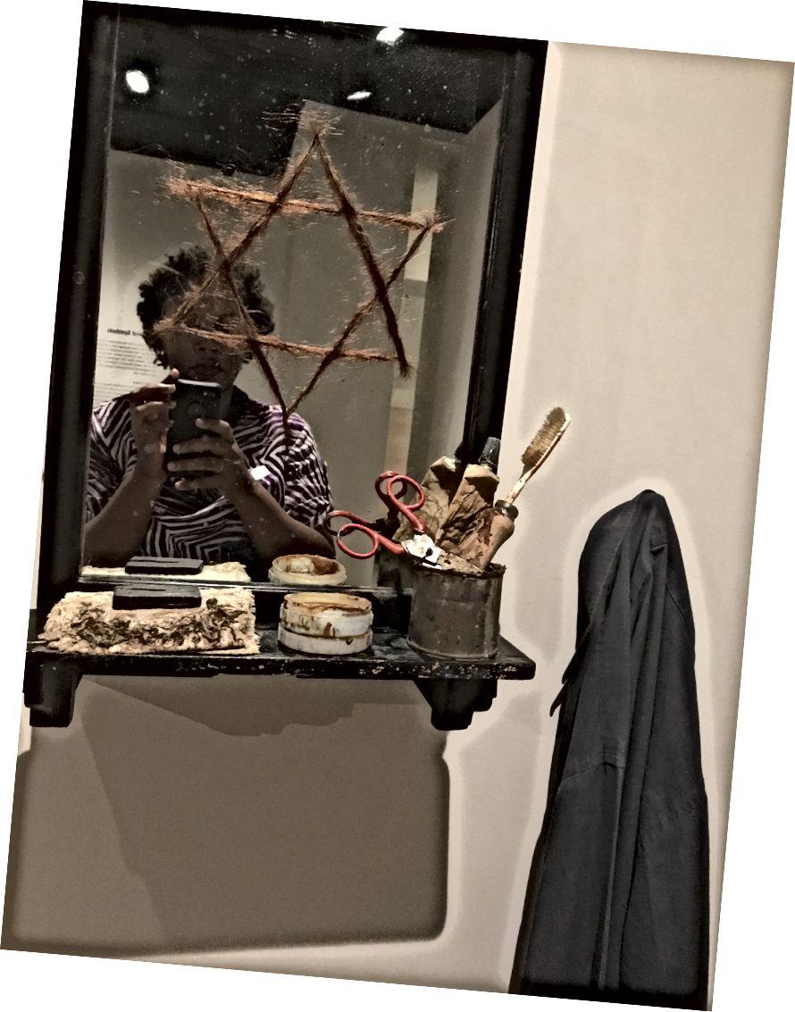 Malá skříňka s košili. Fabio Mauri. 1971. Židovské muzeum.