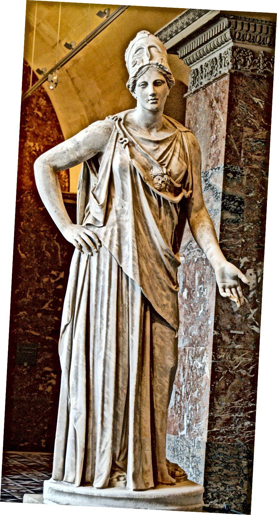 Mattei Athena im Louvre, ein Beispiel neoklassischer Tradition in der Darstellung von Frauen.
