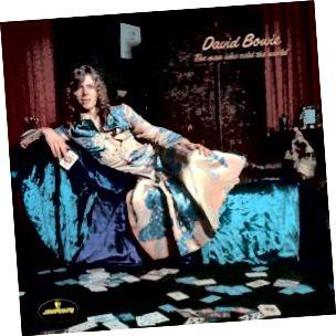 """Eine auffallend individuelle Verwendung der Morris-Tapete als rebellischen Stil wurde 1971 von David Bowie vorgenommen, als er sich in einem von Präraffaeliten inspirierten Kleid vor einem künstlichen Morris-Wandbild für das Original-Albumcover """"The Man Who Sold The World"""" zurücklehnte. David Bowie (mit freundlicher Genehmigung von Mercury Records über Discogs)"""