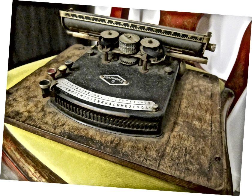 సిర్కా 1920 లు గుండ్కా 5 టైప్రైటర్. టైప్ చేసిన పదాలు, దీన్ని ఎలా ఆపరేట్ చేయాలో మీకు తెలిస్తే