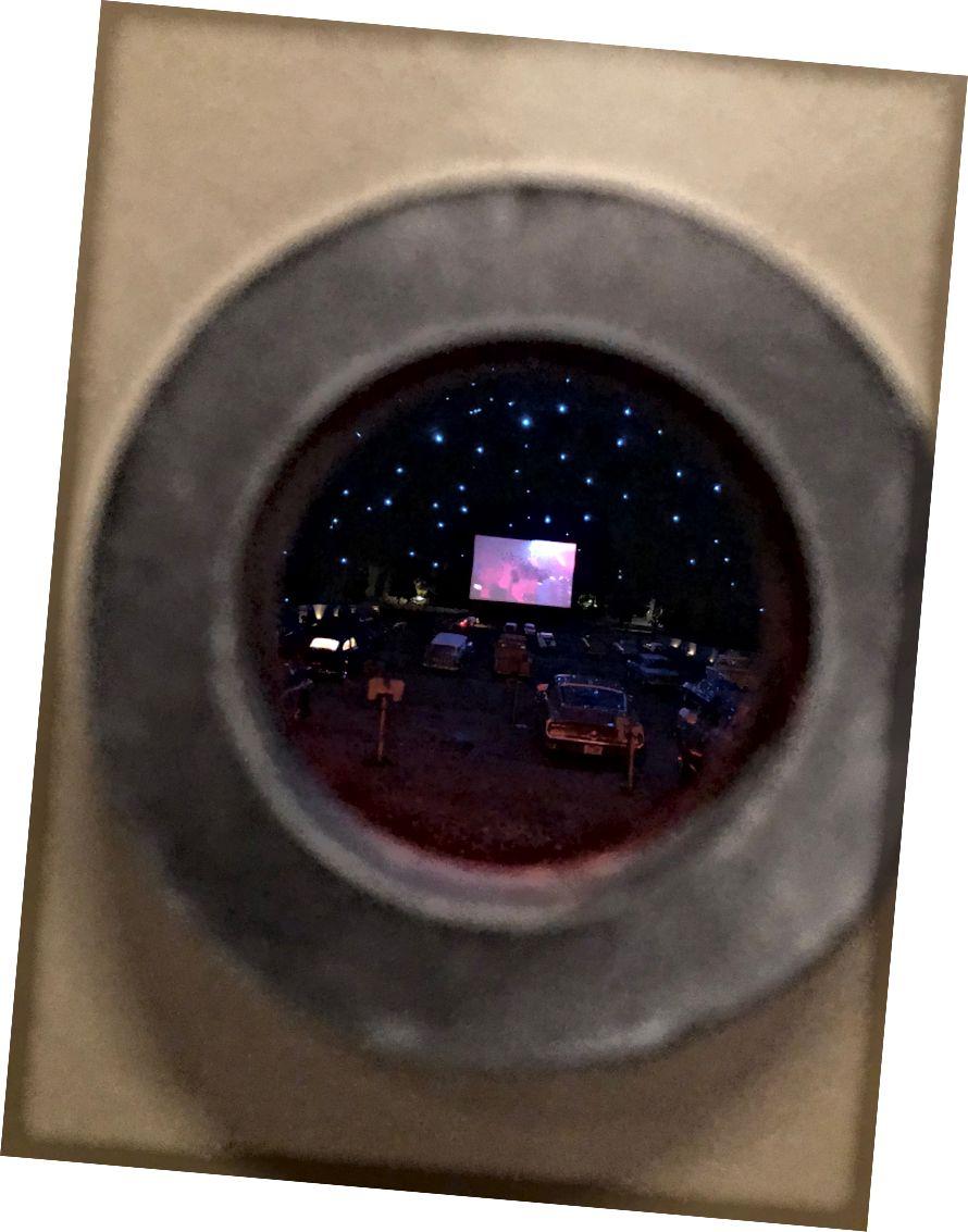 এ-বোমের অভ্যন্তরে ড্রাইভ-ইন-এর ভিতরে একটি চেহারা। র্যান্ডল হ্যারিংটন দ্বারা ইনস্টলেশন। আমার তোলা আলোকচিত্র.