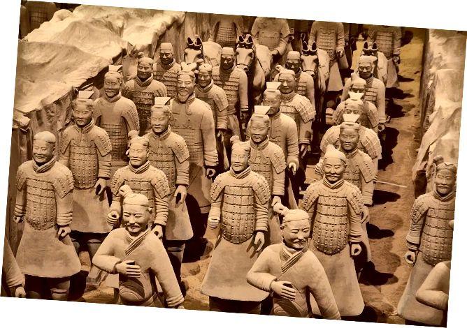 كان محاربو تيراكوتا اكتشافًا حديثًا نسبيًا عندما انتقل دانيال إلى الصين. تم اكتشاف أكثر من ثمانية آلاف شخصية منذ عام 1974. يمكنك مشاهدة مقطع فيديو للمحاربين ومعرضهم المتنقل على موقع VMFA.