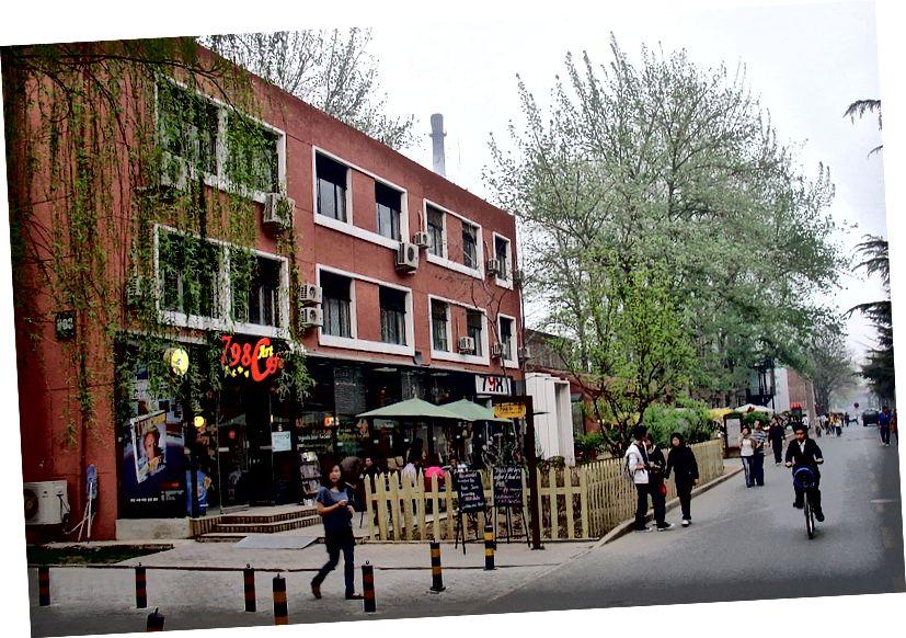 أصبحت منطقة 798 أكثر تمركزًا إلى حد ما. هنا يتجول المستفيدون حول مبنى عصري في أبريل 1914. تصوير ويكيميديا كومنز.