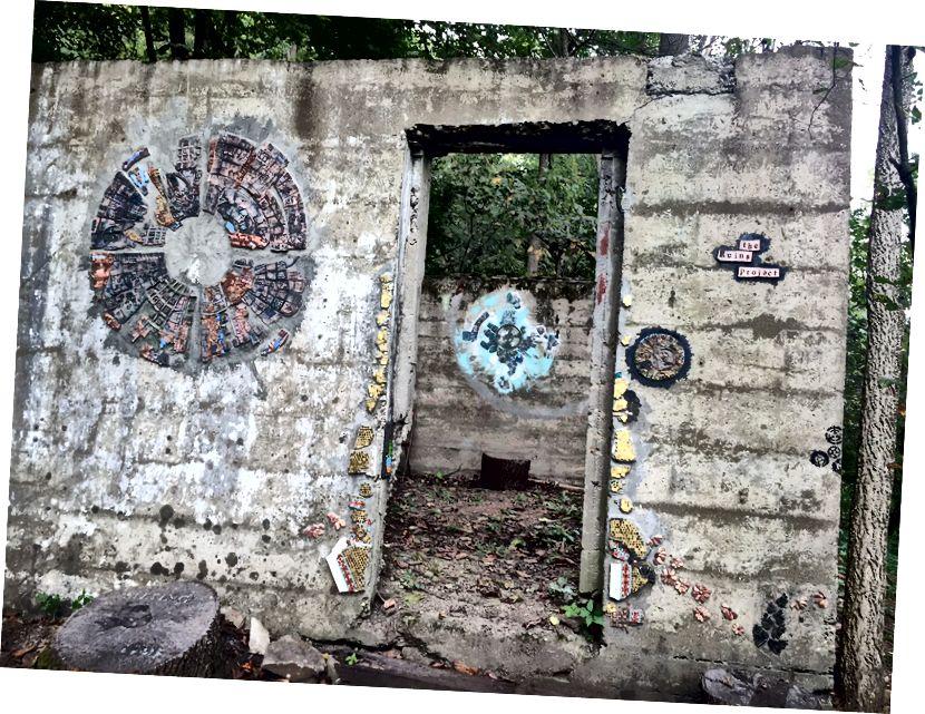 «Ավերակներ» նախագծի «մուտքի» պատերին պատերին ձևավորվում է խճանկարային կողմնացույց և տարբեր արվեստագետների այլ ներդրումներ: Լուսանկարը ՝ Լաուրա Պաուլի