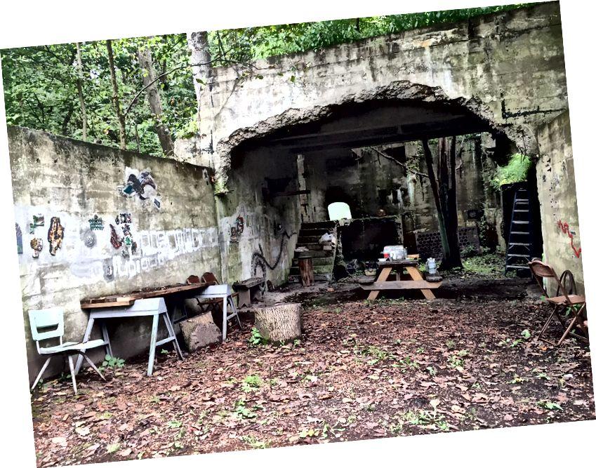 The Ruins- ի «ինտերիերի» մեծ սենյակը սանդուղքներ ունի դեպի ոչ մի տեղ, և խենթ գեղեցիկ նիշերը լրացնելու համար: Ֆոտո / Լ.Պոլ