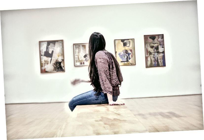 """""""Kvinne sitter på gulvet"""" av gilber franco på Unsplash"""