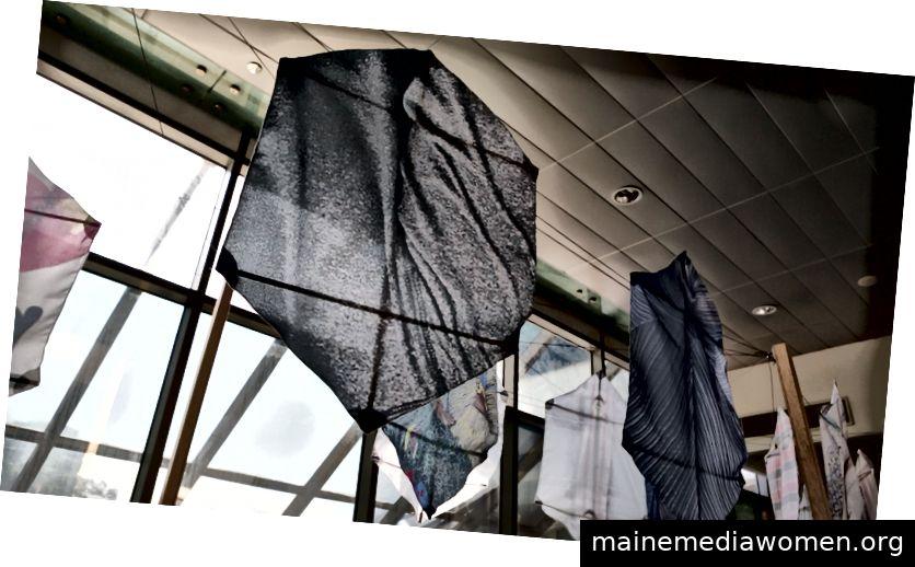 """Installation des Kites während der Ausstellung """"Persönlich sprechend"""", 2018."""