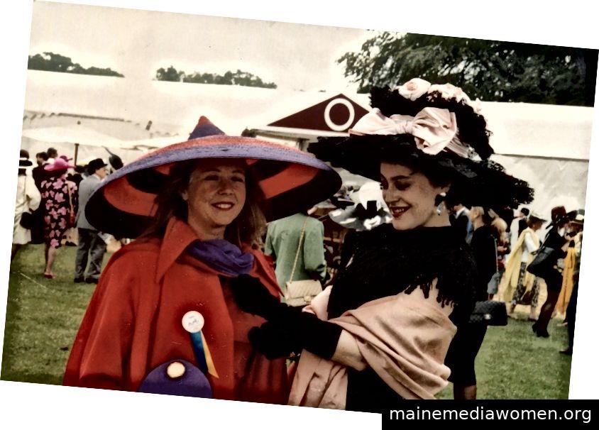 Laure de Gramont (links) und Natasha Fraser-Cavassoni (rechts) mit einem von Karl Lagerfeld entworfenen Hut. Bildnachweis: Mit freundlicher Genehmigung von Natasha Fraser
