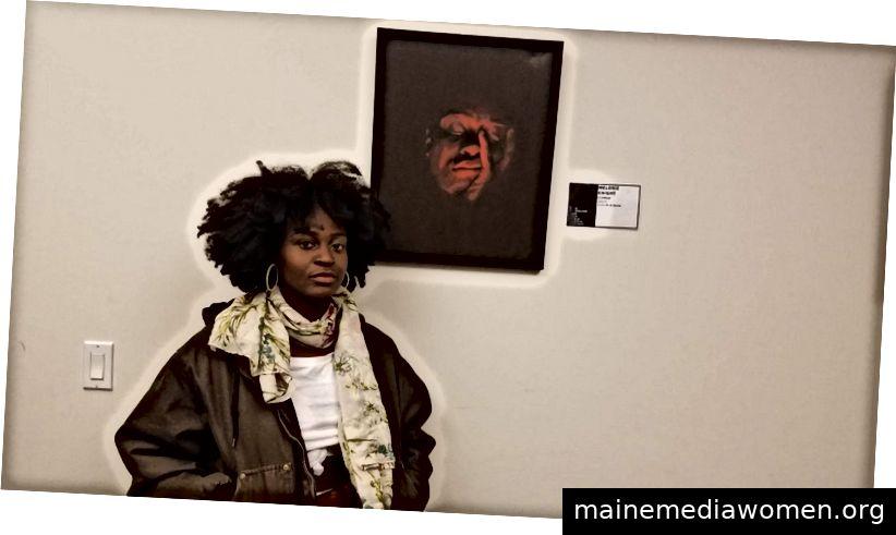 Melonie Knight steht neben ihrem Kunstwerk im Büro von Global Spiritual Life.