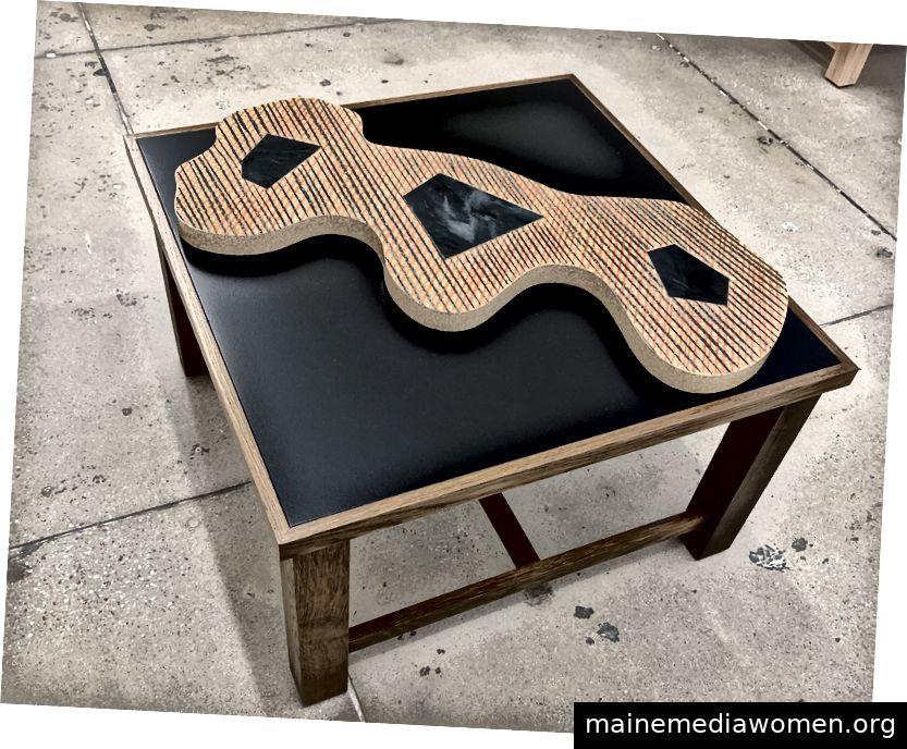Abbildung 2. Richard Deacon, Flat 40, Eichenstaub mit dunkel gebeizter MDF-Platte, Keramikglasur, 2018, Marian Goodman Gallery, New York