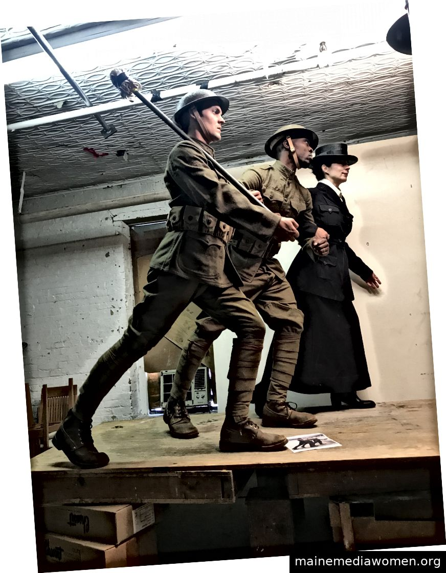 Paul, Kofi und Traci posieren in Sabins Atelier für das WWI Memorial