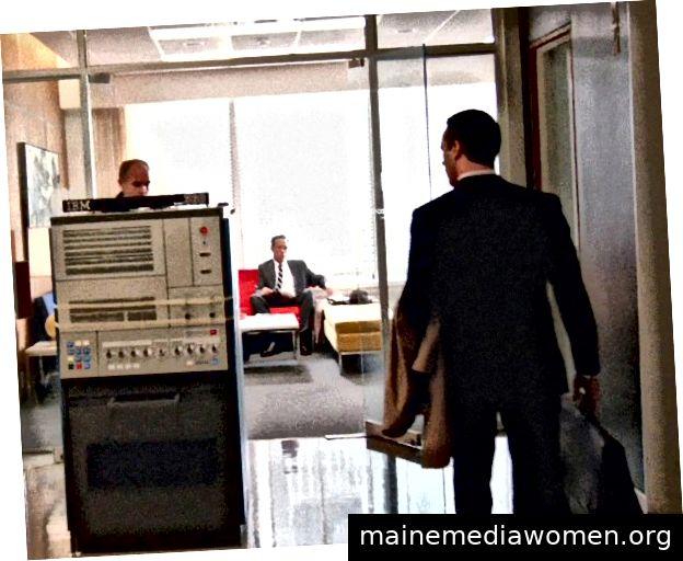 Die IBM 360 wurde in Staffel 7 von Mad Men eingeführt. Der monolithische Computer ist eine Metapher für die wechselnden Zeiten; es löst jedoch auch Michael Ginsberg (Ben Feldman) aus, seinen eigenen Nippel abzuschneiden, ein Akt, der als Ginsbergs Versuch, seine Männlichkeit zurückzugewinnen, gelesen werden kann. Zu dieser Lektüre siehe den Artikel von Gwynne Watkins: Ein Psychiater analysiert Michal Ginsberg von Mad Men.