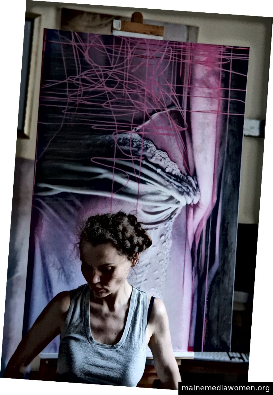 Foto von Viktoria Savenkova in ihrem Atelier.