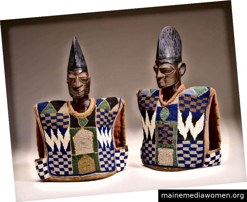 Zwillingsgedenkfiguren (ere ibeji): Yoruba-Völker, Nigeria. Mitte des 20. Jahrhunderts. Holz, Kamelholz, Pigment. Alle Fotos mit freundlicher Genehmigung von: Fowler Museum.
